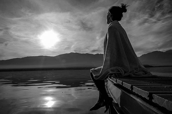 Relaxes-on-lake-499657038_BW